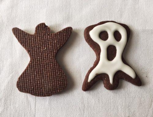 L'angioletto che si veste da fantasma per festeggiare Halloween